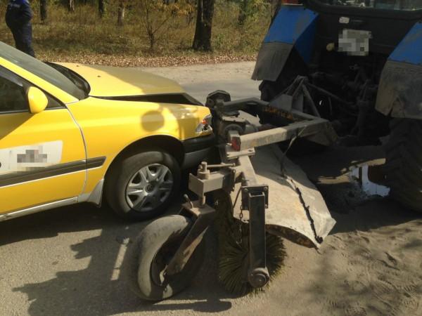 В Москве беременная автоледи на BMW протаранила трактор на Киевском шоссе