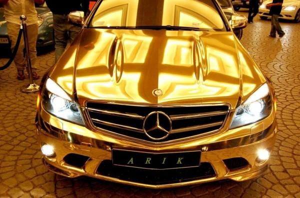 В Сочи «золотой» Mercedes насмерть сбил девушку