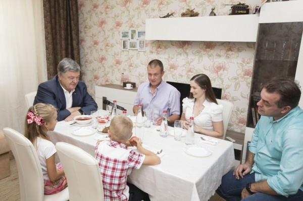 Пользователи Сети высмеяли фотографию Порошенко с борщом