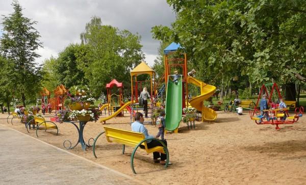 На Урале из-за сильного ветра ребенка привалило игровым стендом