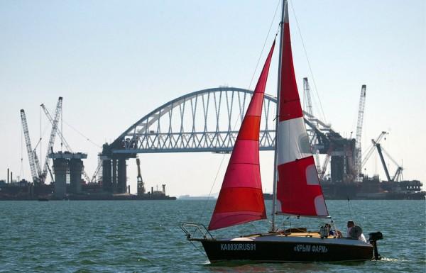 Под аркой Крымского моста впервые прошли яхтсмены