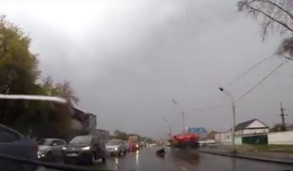 В Барнауле водитель «КамАЗа» выпал из кабины на проезжую часть