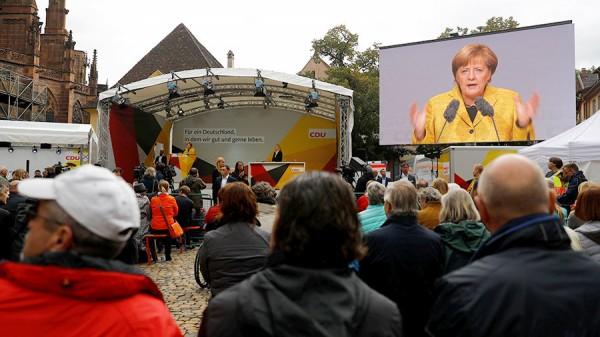 Прокуратура ФРГ расследует нападение пожилой фрау с зонтиком на Меркель