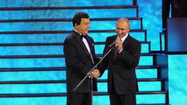 Путин на концерте в Кремлёвском дворце поздравил Кобзона с юбилеем