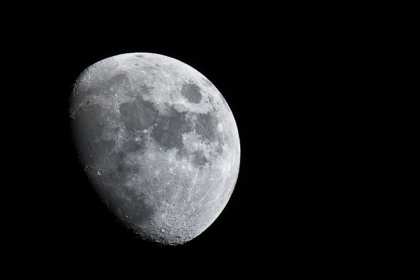 Очевидец заметил недалеко от Луны НЛО