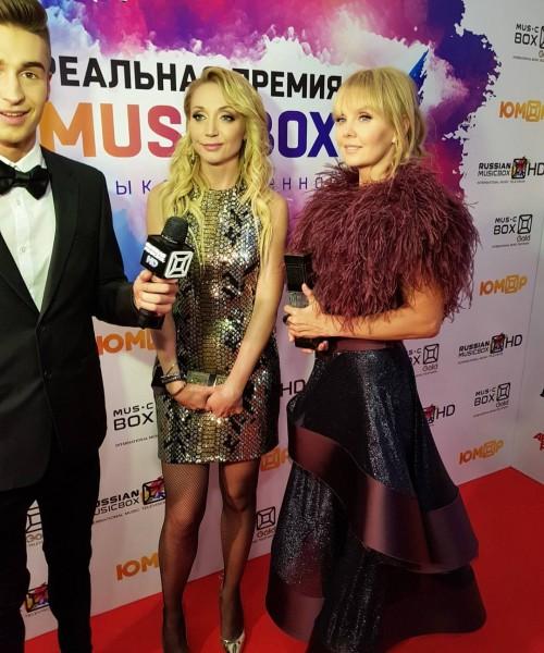 Певицу Валерию назвали «колхозницей» за наряд с перьями