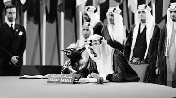 В Саудовской Аравии король оказался рядом с мастером Йодой в учебнике