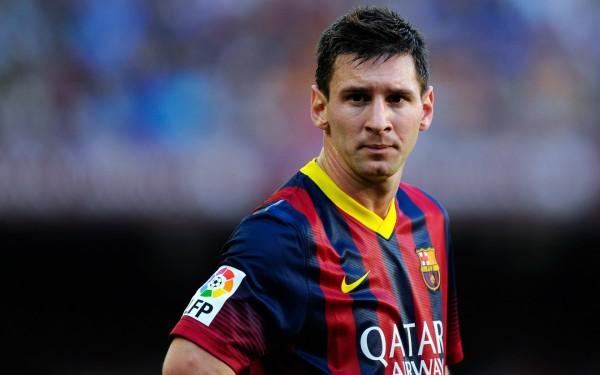 В матче ЛЧ фанат «Барселоны» выскочил на поле и поцеловал бутсу Месси