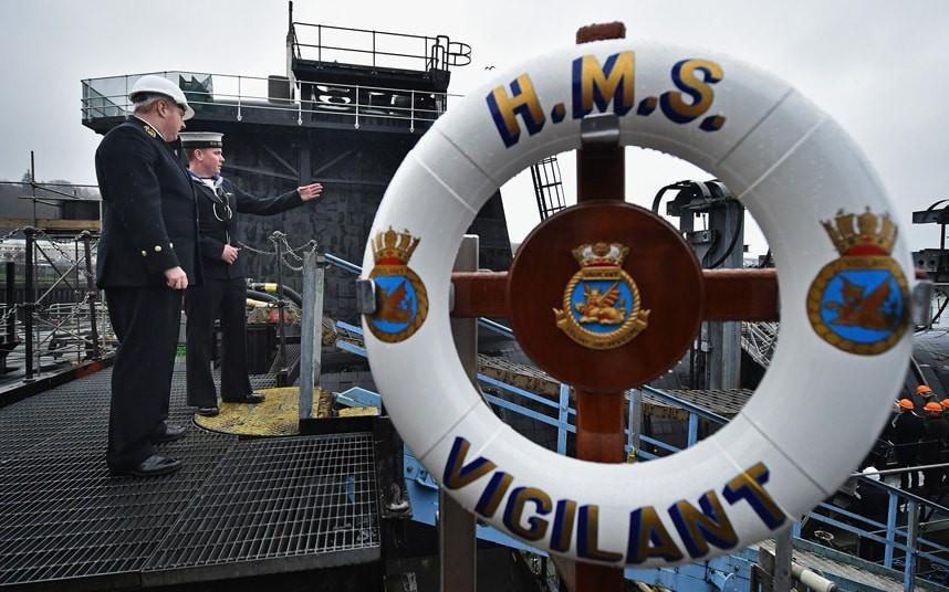 Капитан английской атомной субмарины отстранен отдолжности зароман счленом экипажа