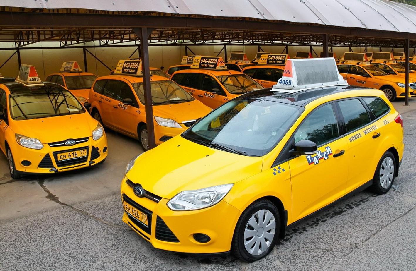 Названы самые известные автомобили такси в РФ