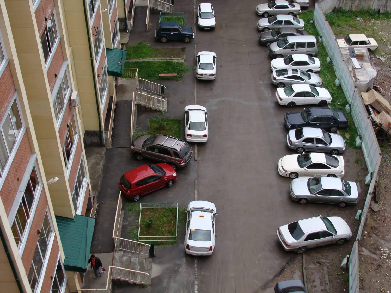В российской столице посоветовали запретить парковку водворах