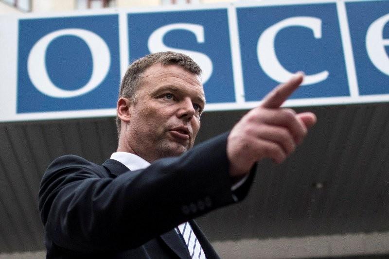 Кортеж замглавы миссии ОБСЕ Хуга врезался вБТР украинских силовиков вДонбассе