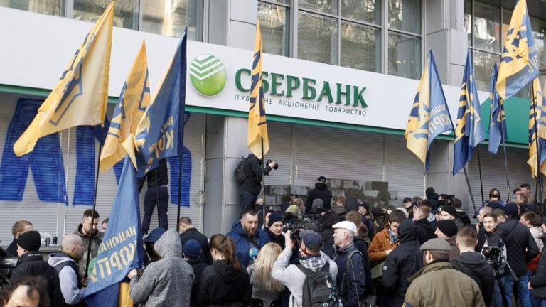 Радикалы открыто обещают громить русские банки вгосударстве Украина