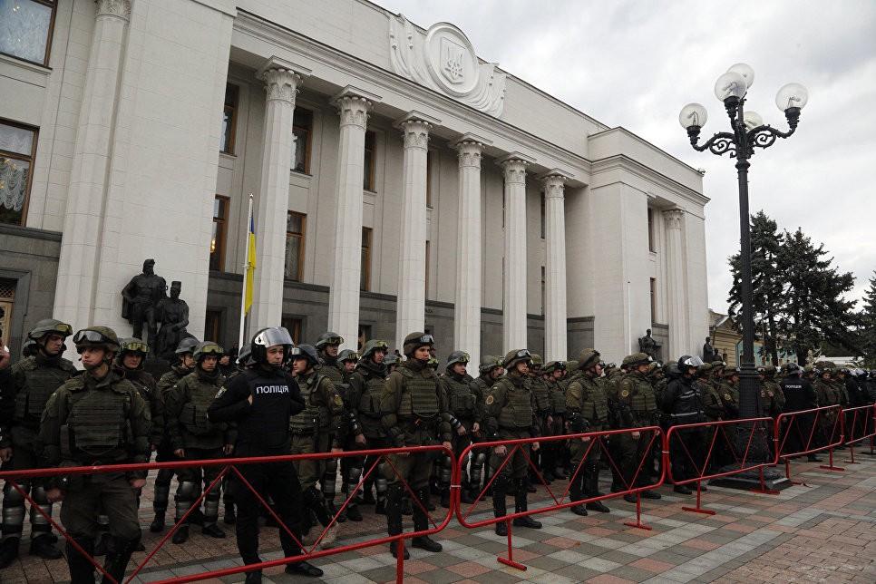 Около 2-х тыс. человек митингуют уздания Рады— МВД Украины