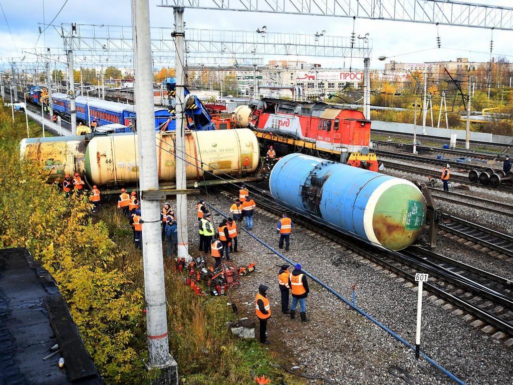 Тепловоз столкнулся с грузовым поездом в Вологодской области