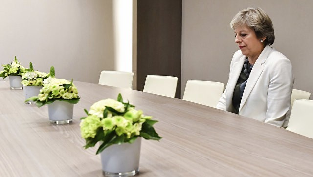«Уже вышли»: англичане иронизируют над безрадостной Мэй насаммите европейского союза