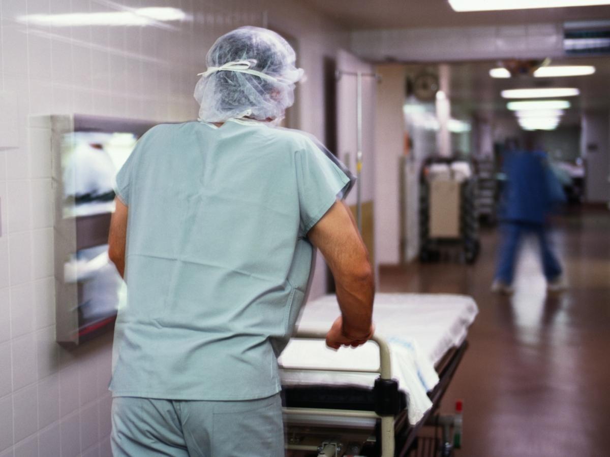 ВПетербурге упавшую состола девочку госпитализировали спереломом черепа