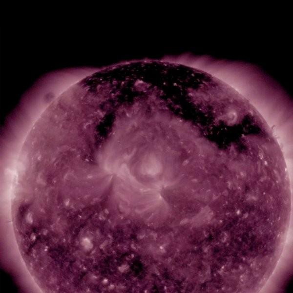 Ученые обнаружили огромную корональную дыру наСолнце ввиде «π