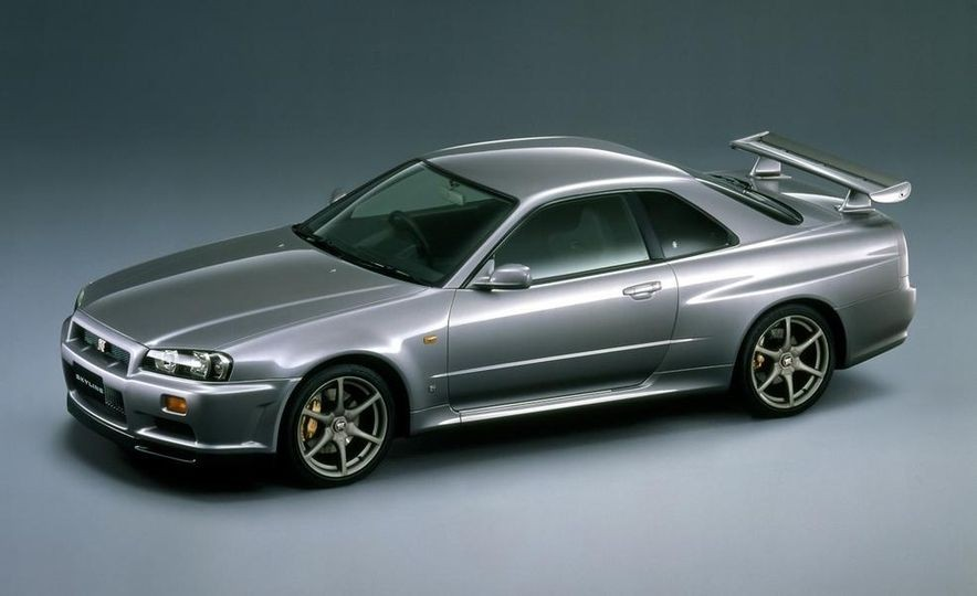 Ниссан продемонстрировал эволюцию спорткара Skyline на2,5-минутном видео