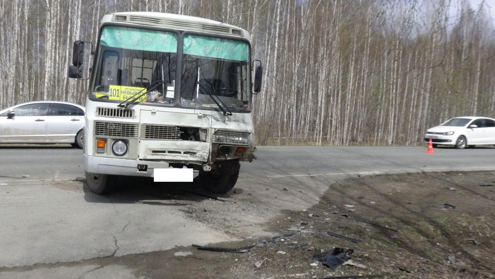 Водителя автобуса заставили ответить запроехавшего накрасный депутата ЛДПР