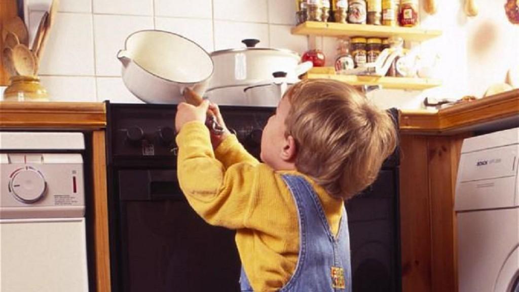 Младенец опрокинул насебя чайник скипятком искончался отожогов
