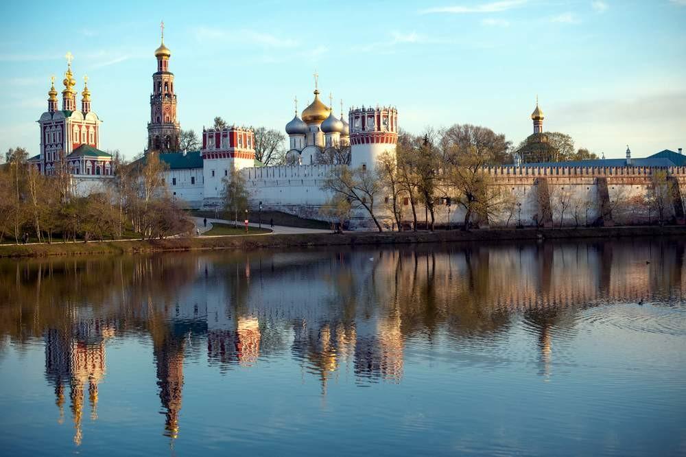 Автомобиль вылетел вМоскву-реку наНоводевичьей набережной