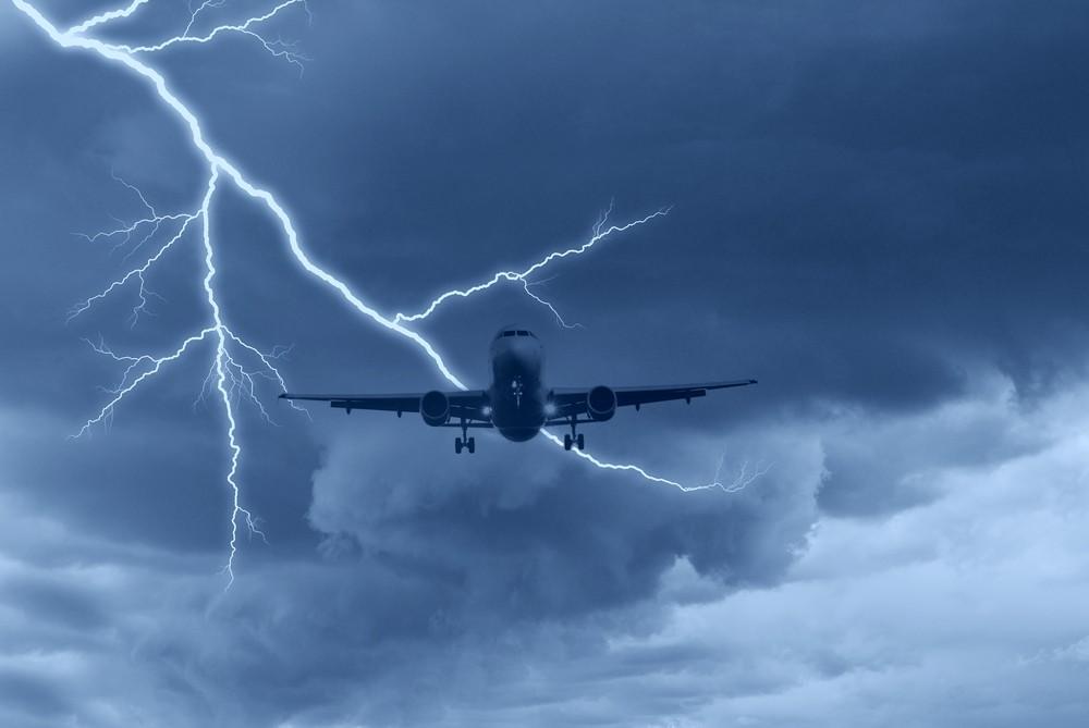 Молния ударила влетевший над Москвой самолет
