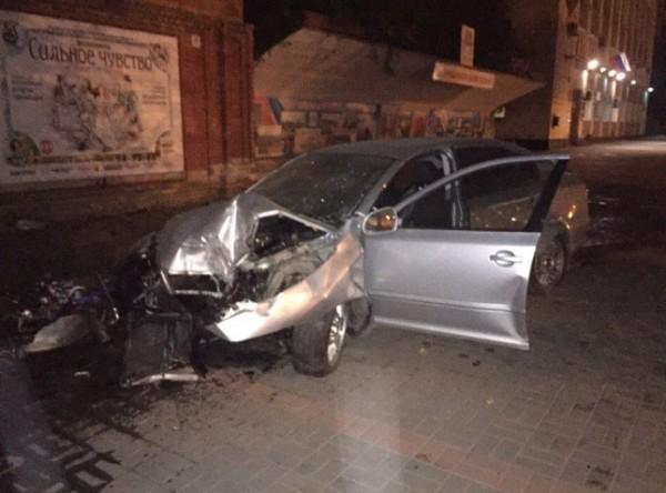 В Волгограде автомобиль потерял двигатель и загорелся напротив администрации