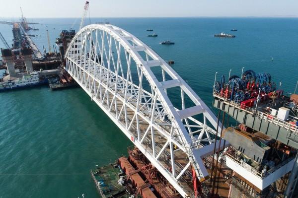 В интернете появилось видео перевозки арки Керченского моста на место строительства