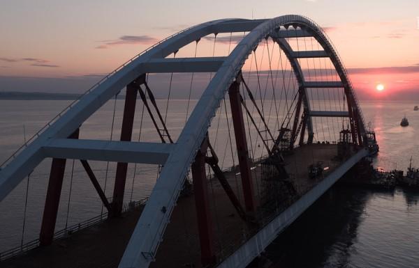 Началась транспортировка автодорожной арки Крымского моста