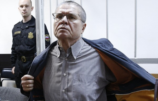 В суде показали видео предполагаемой передачи взятки Улюкаеву