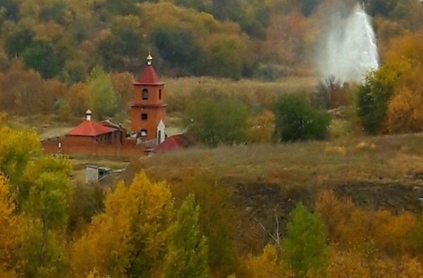 В Волгограде в пойме реки образовался 10 метровый фонтан
