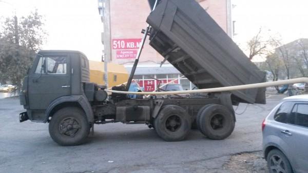 В Кургане КамАЗ уронил газовую трубу на два легковых авто