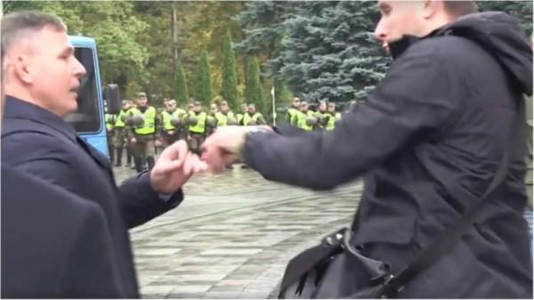Экс-министр обороны Украины Гелетей и депутат Парасюк подрались возле здания ВРУ