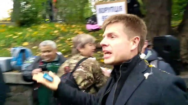 На митинге в Киеве депутата Рады забросали яйцами