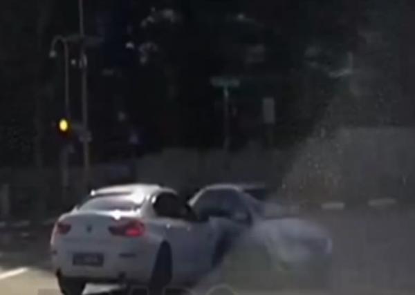 В Сингапуре «автомобиль-призрак» стал причиной ДТП