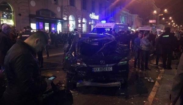 В Харькове дочь бизнесмена въехала в толпу людей на Lexus