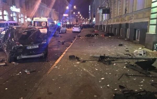 В Сети появились видеокадры первых минут после жуткого ДТП в Харькове