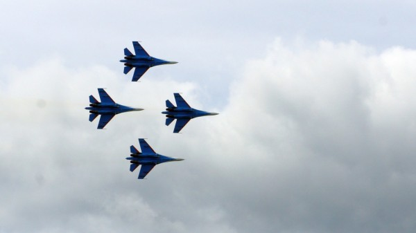 Небо Ижевска патрулируют истребители, шум самолетов пугает местных