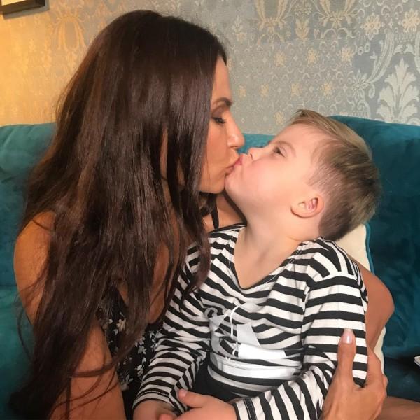 Поцелуй Эвелины Бледанс с сыном вызвал бурю критики в Сети