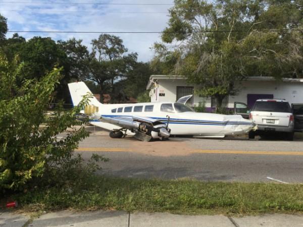 В Флориде самолёт совершил аварийную посадку прямо на дорогу