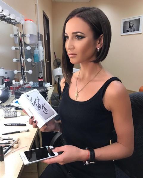 Бузова подарит два iPhone 7 Plus с автографом случайным подписчикам