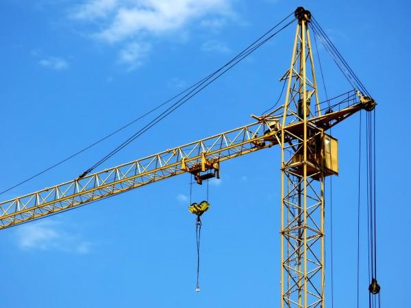 В Новосибирске строители на кране требуют зарплату