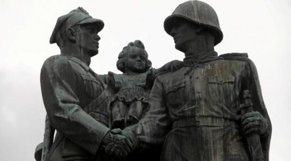 В Польше вступил в действие закон о сносе советских памятников