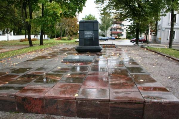 «Антиидеологические» таблички появились у советских памятников в Литве