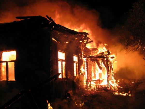 В Свердловской области сотрудник ДПС спас многодетную семью из пожара