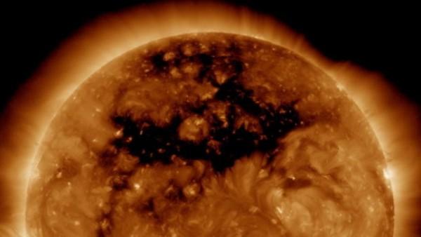 Ученые: Дыра в Солнце превышает размер Земли в 1500 раз
