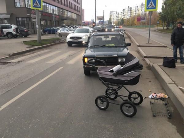 В Самаре на «зебре» машина сбила коляску с ребёнком