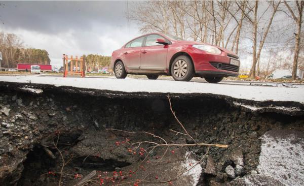 В Екатеринбурге провалился асфальт на недавно отремонтированной дороге