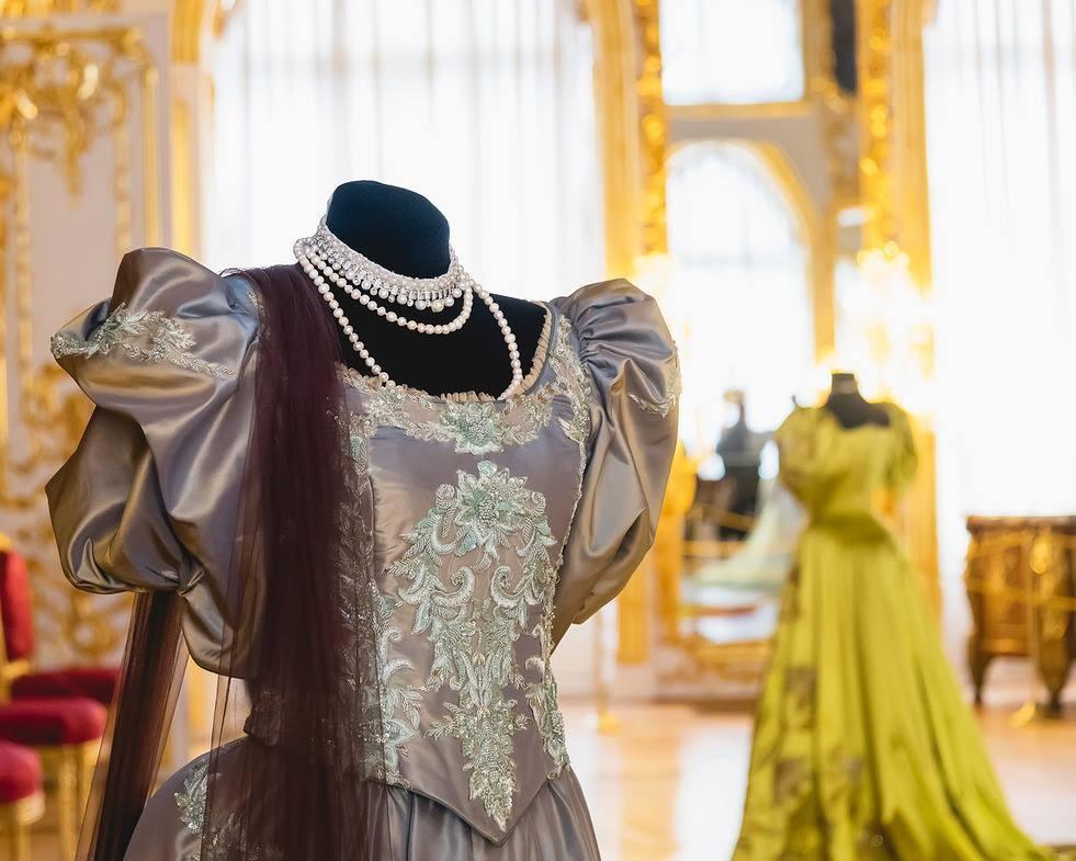 Более 70 костюмов и аксессуаров из фильма «Матильда» смогут увидеть посетители выставки в ГУМе